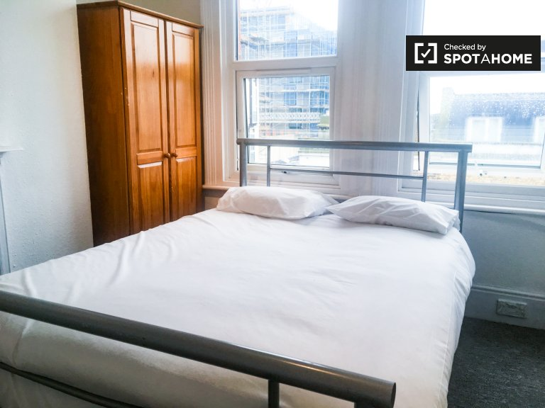 Cichy pokój w czteropokojowym mieszkaniu w Acton w Londynie