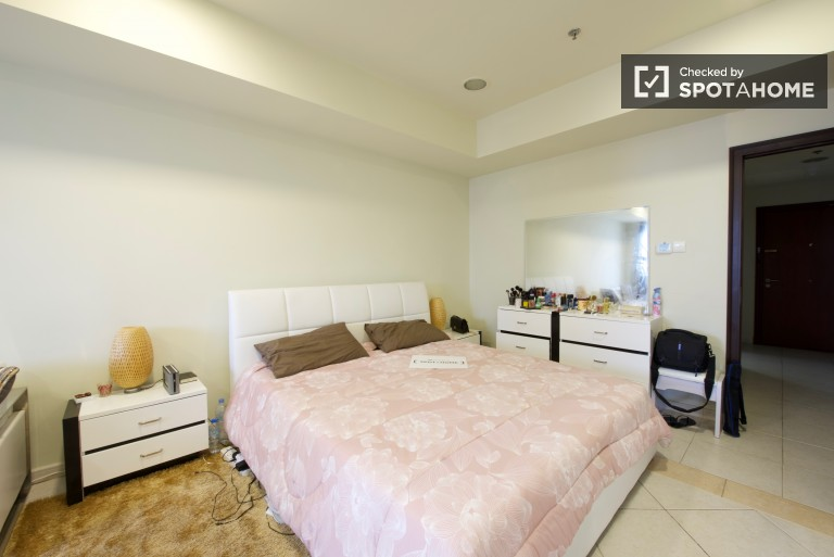 Double Bed in Rooms for rent in a 3-bedroom apartment with daily maid service in Dubai Marina