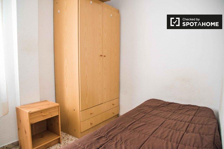Quarto acolhedor em apartamento de 4 quartos em Algirós