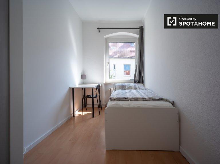 Helles Zimmer in Apartment mit 5 Schlafzimmern in Neukölln, Berlin