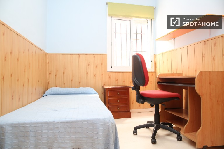 Single Bed in Affordable single and double rooms for rent, 10 minutes from University of Seville