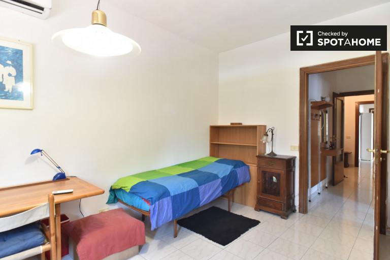 Pokój jednoosobowy ze stolikiem w apartamencie w Monte Sacro w Rzymie