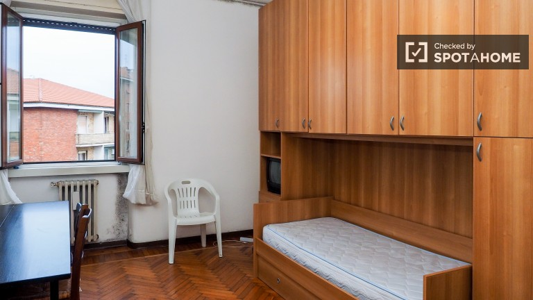 Bright room in 3-bedroom apartment in Lodi, Milan