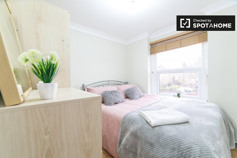 Room for rent in 8-bedroom house in Newham, London