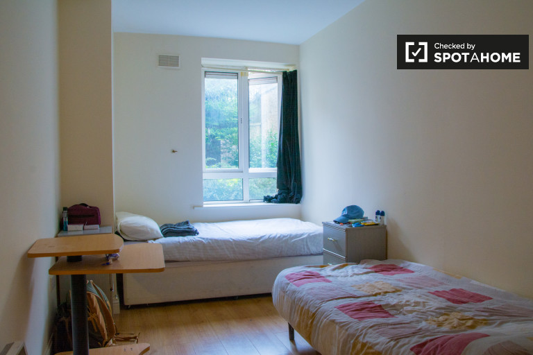 Twin Beds in Beds to rent in large flat with balcony in Broadstone area