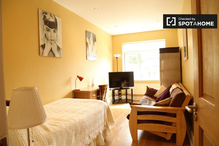 Großes Zimmer in 4-Zimmer-Wohnung in Templeogue, Dublin