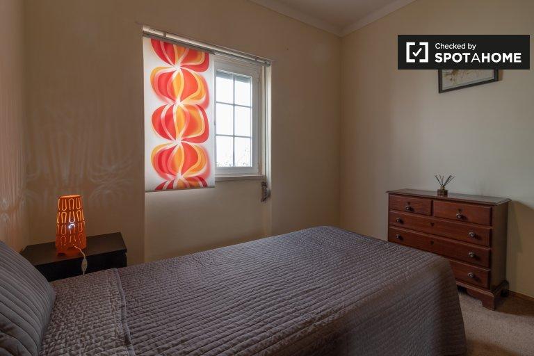 Schludny pokój do wynajęcia w 4-pokojowym mieszkaniu w Porto Salvo