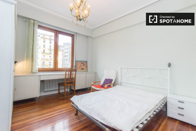 Double Bed in Spacious rooms to rent in a chic 4-bedroom apartment in Amezola