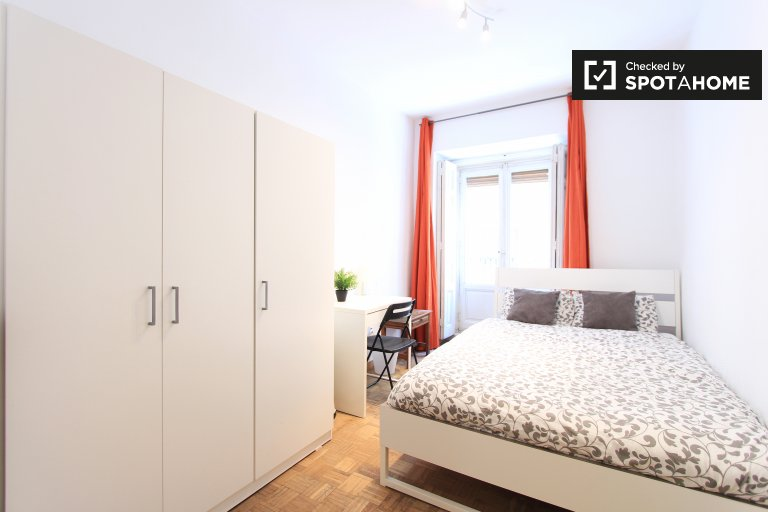 Furnished room in shared apartment in Latina, Madrid