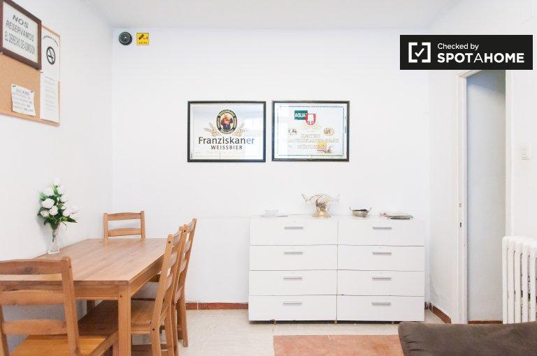 Chambre à louer dans une maison de 10 chambres à Ventas, Madrid