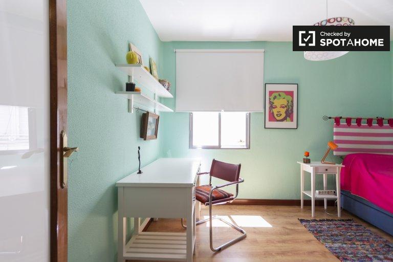 Przestronny pokój do wynajęcia w apartamencie z 2 sypialniami w Rios Rosas