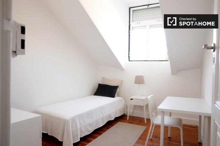 Chambre lumineuse à louer dans un appartement de 4 chambres à Alcântara