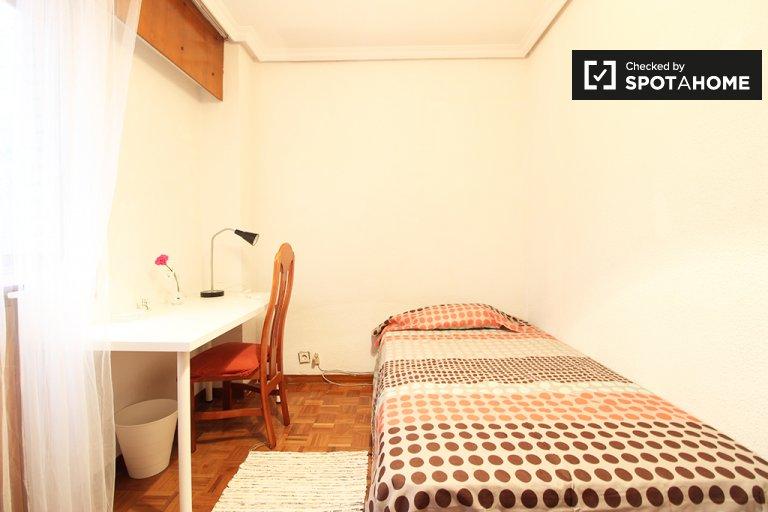 Habitación amueblada en un apartamento de 4 dormitorios en Madrid