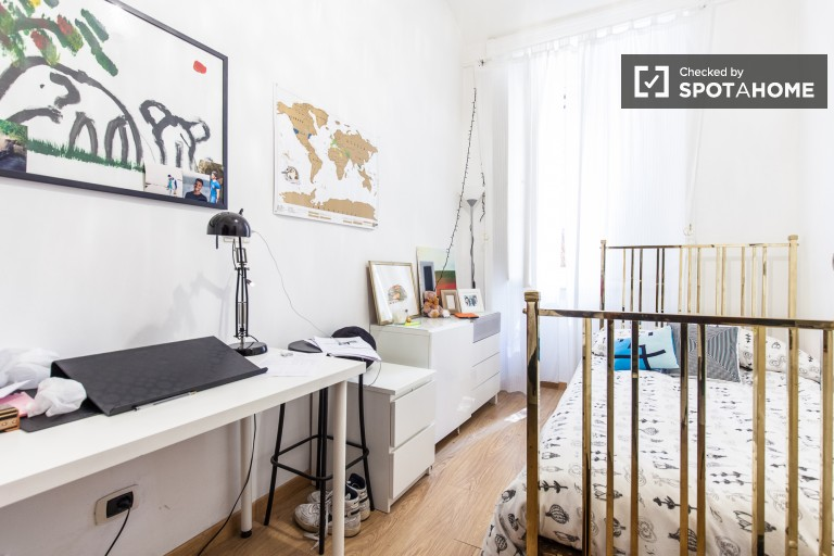 Single Bed in Rooms for rent in large apartment with AC and balcony in the Centro Storico, Rome