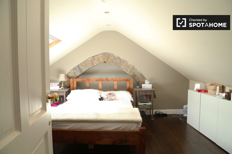 Double Bed in Rooms to rent in a 4-bedroom shared house in Terenure
