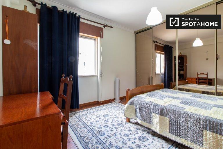 Chambre confortable à louer dans un appartement de 2 chambres, Arroios
