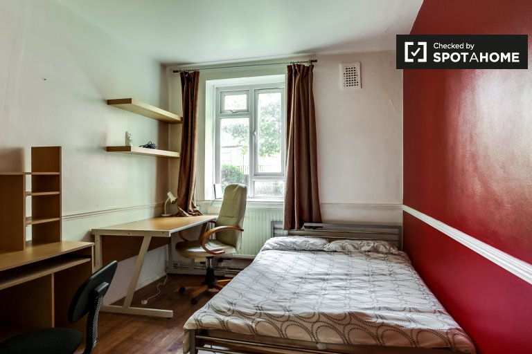 Single Bed in Furnished rooms to rent in 4-bedroom apartment in Fulham, Travelcard Zone 2