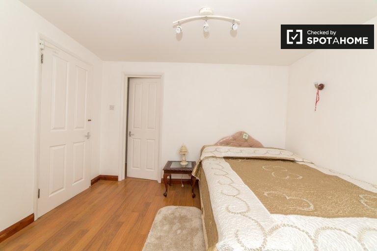 Przestronny pokój w domu w Finchley w Londynie