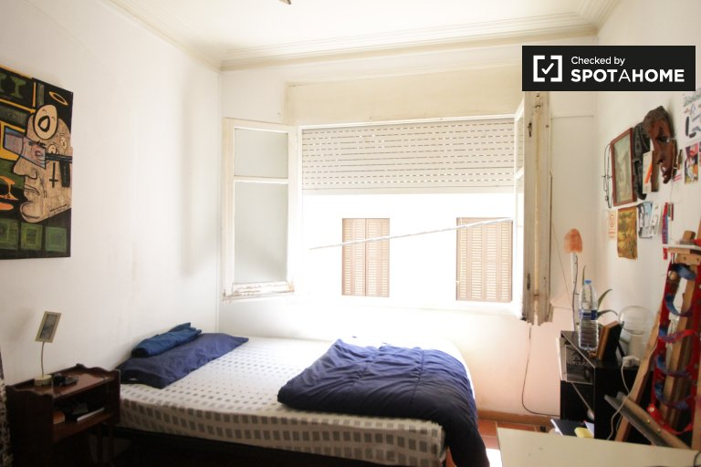 Equipped room in shared apartment in Gràcia, Barcelona
