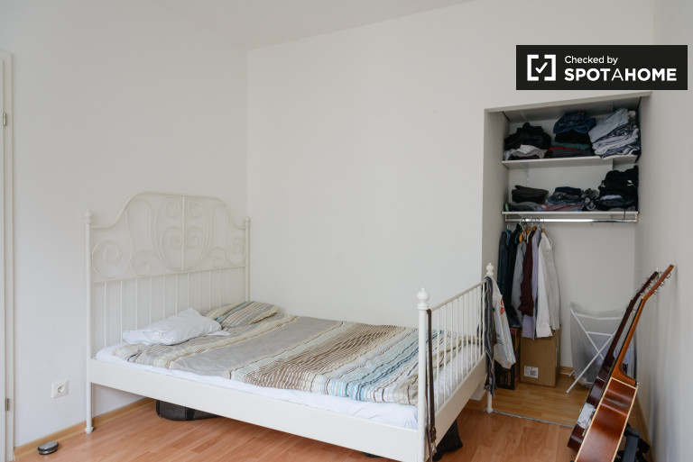 Double Bed in Rooms for rent in 7-bedroom apartment in Landstrasse area