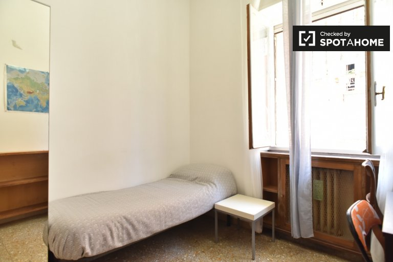 Se alquila habitación ordenada en un apartamento de 4 dormitorios en Triofale, Roma
