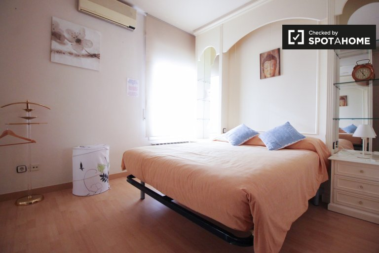 Ensuite  room for rent, 4-bedroom apartment, Les Corts