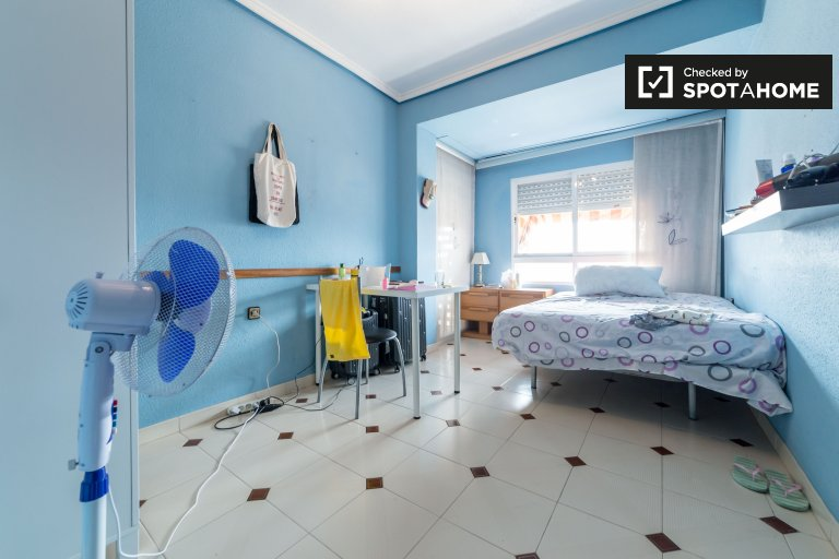 Double Bed in Rooms for rent in bright 4-bedroom apartment near Parque Plaza Del Cedro