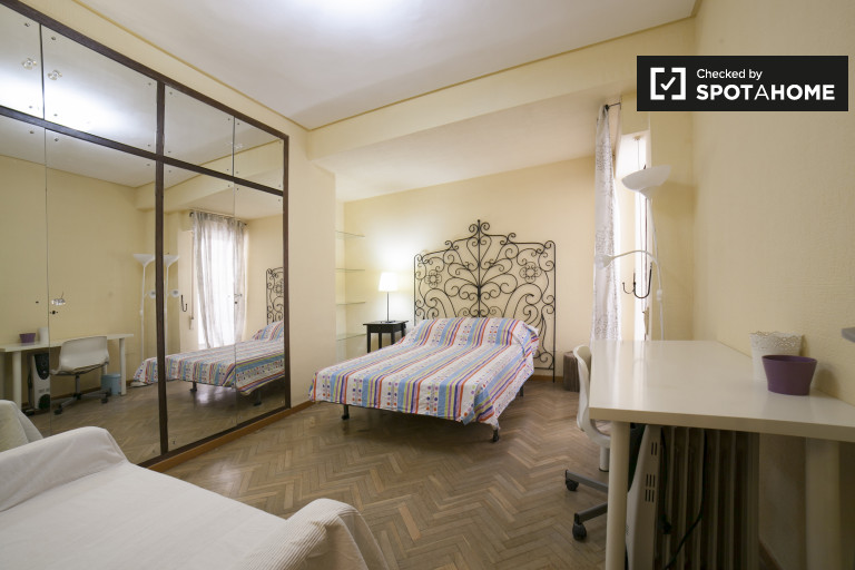 Double Bed in Spacious rooms for rent in 6-bedroom apartment in Los Remedios