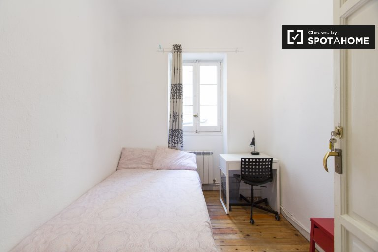 Furnished room in 7-bedroom apartment in Salamanca, Madrid