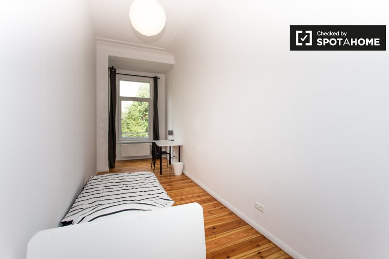 Comfy room for rent in  apartment with 6 bedroo in Neukölln