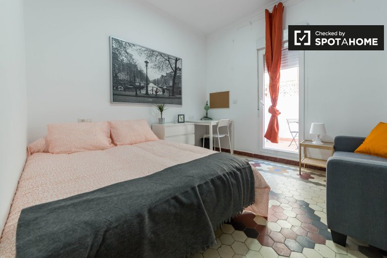 Room with terrace in 5-bedroom apartment in El Pla del Real