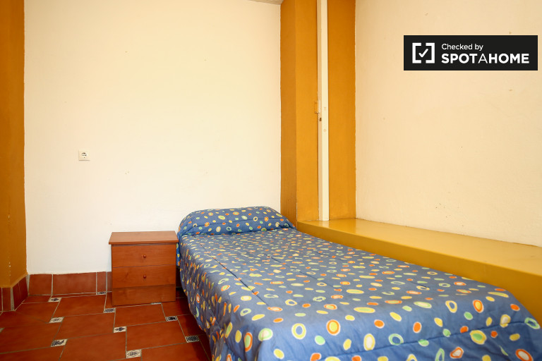 Single Bed in rooms to rent in 3-bedroom apartment with a terrace in Centro