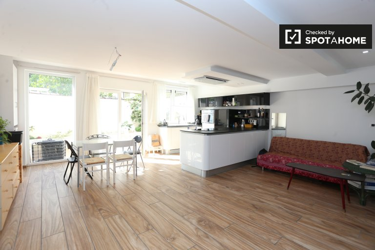 Big 1-bedroom flat with terrace to rent in Schaerbeek