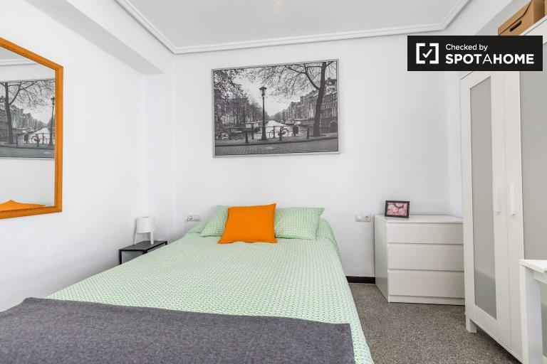 Se alquila habitación en apartamento de 6 dormitorios en L'Eixample.