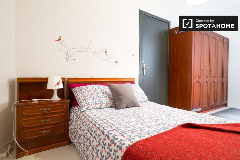 Sunny room in 4-bedroom apartment, Bilbao la Vieja, Bilbao