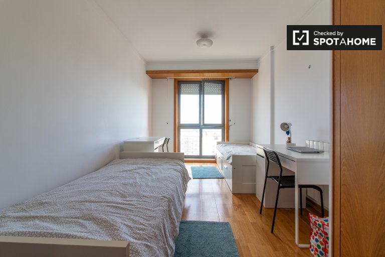 Łóżko do wynajęcia w pokoju w 4-pokojowym mieszkaniu w Olivais