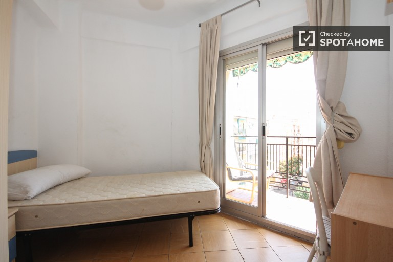 Single Bed in 3 sunny and spacious rooms for rent close to Granada train station and university