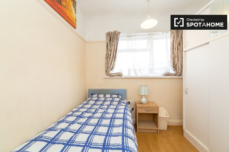 Southall, Londra'da 3 yatak odalı daire kiralık mobilyalı oda