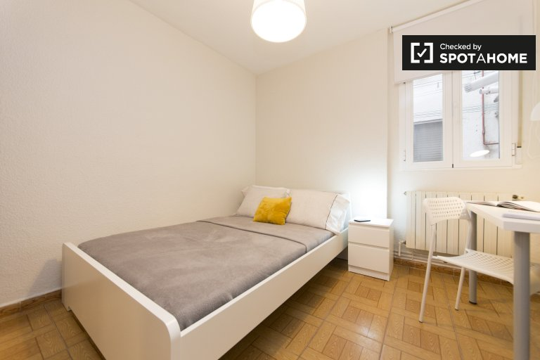 Spacious room in 5-bedroom apartment in Usera, Madrid