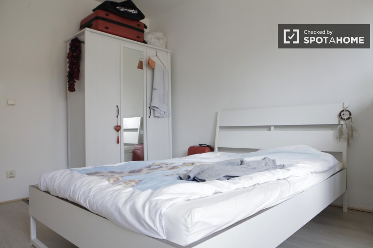 Double Bed in Rooms for rent to women in 6-bedroom house with parking in Kraainem