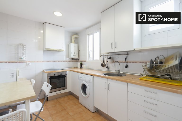 Rooms for rent in 4-bedroom apartment in Atocha, Madrid