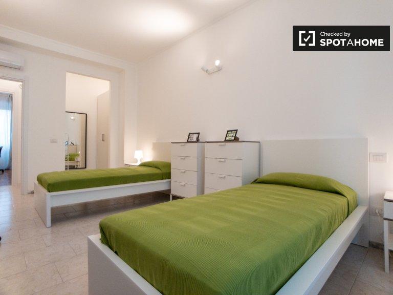 Cama en alquiler en habitación compartida en apartamento de 2 habitaciones