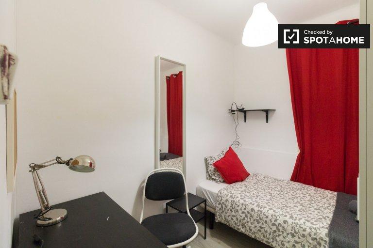 Room for rent in 3-bedroom apartment in Barcelona