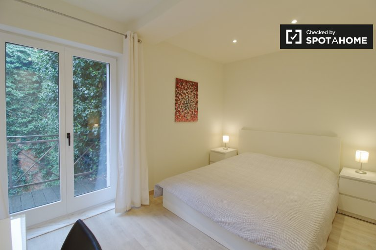 Room to rent in elegant 3-bed apartment in central Brussels