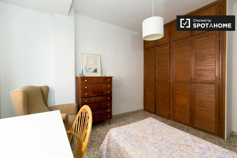 Single Bed in Rooms for rent in charming 3-bedroom apartment in Ronda