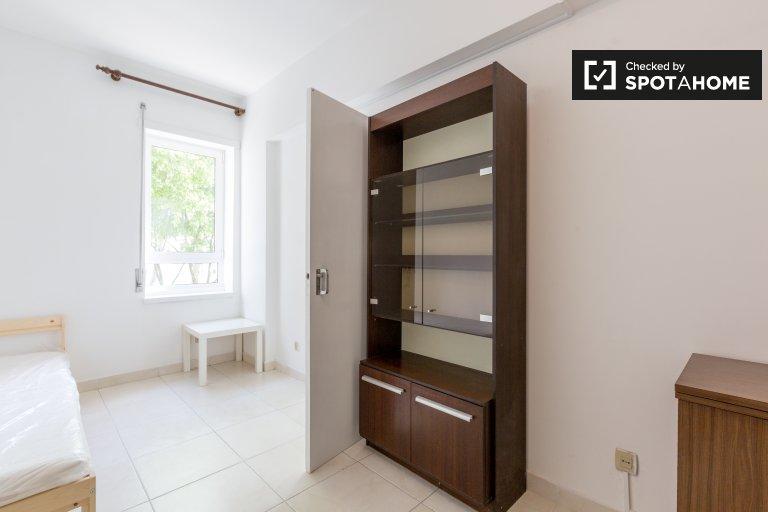 Duży pokój w apartamencie z 5 sypialniami w Marvila, Lisboa