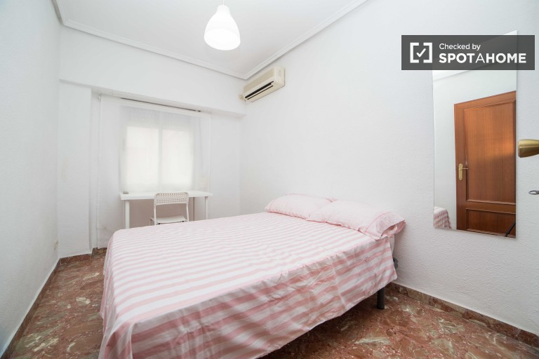Double Bed in Rooms with AC in 4 bedroom apartment close to University of Valencia in El Pia del Real