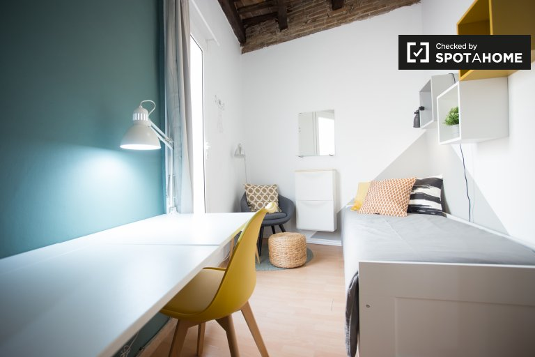 Bright room in 3-bedroom apartment in Gràcia, Barcelona