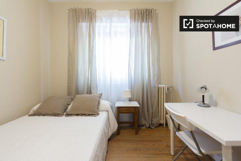 Grande chambre dans un appartement de 4 chambres à Salamanque, Madrid
