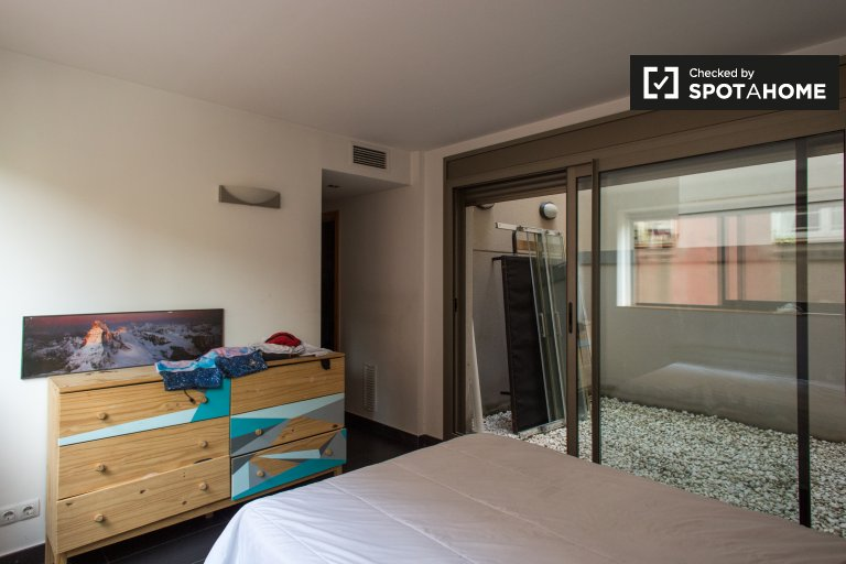 Room with ensuite for rent in 3-bedroom apartment in Gracia
